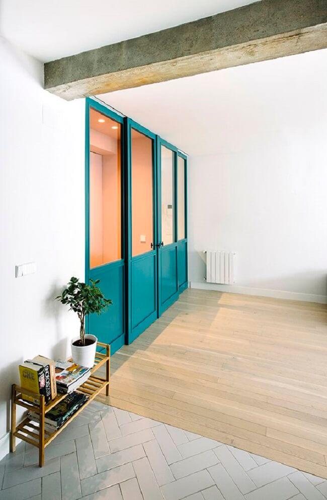 Portas coloridas trazem um charme especial para o seu apartamento pequeno