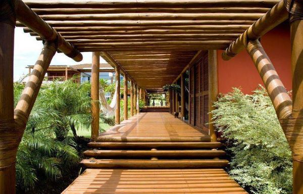 Pergolados de madeira no corredor