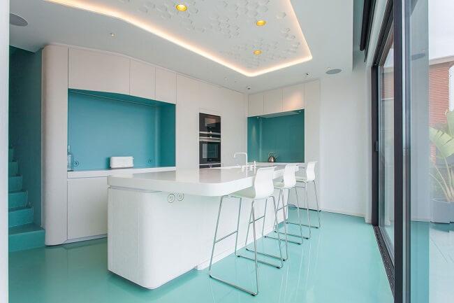 Explore diferentes tonalidades no piso e teto do seu apartamento pequeno