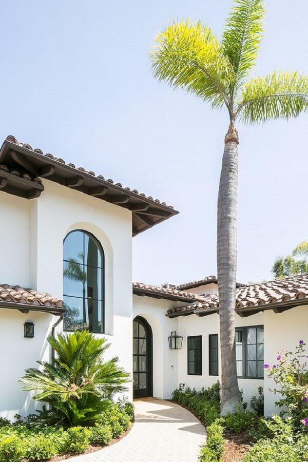 A arandela colonial externa grande marca a decoração da fachada da casa