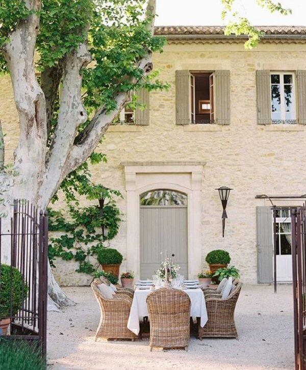 A arandela colonial preta se destaca na fachada da casa branca