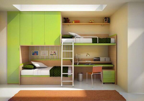 A beliche com escrivaninha de madeira feita sob medida otimiza o espaço do quarto