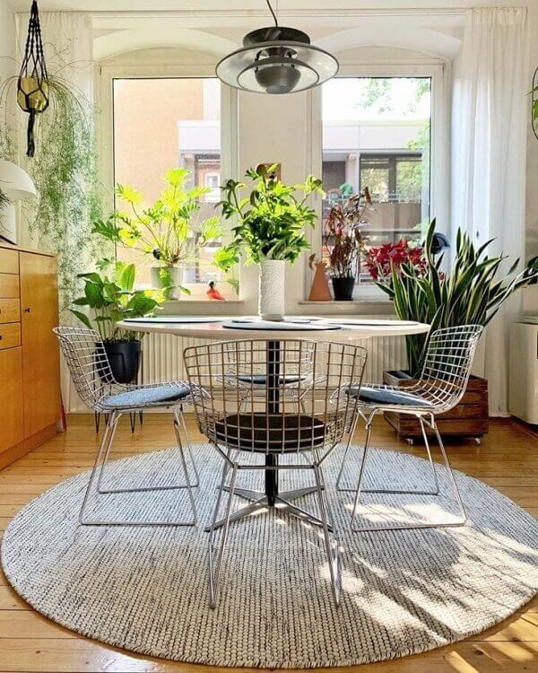 A cadeira bertoia é um dos modelos de cadeiras de cozinha cromada que ficam perfeitas na sala de jantar