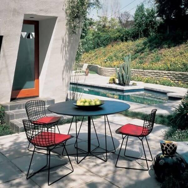 A cadeira cromada preta bertoia pode ser usada em área externa