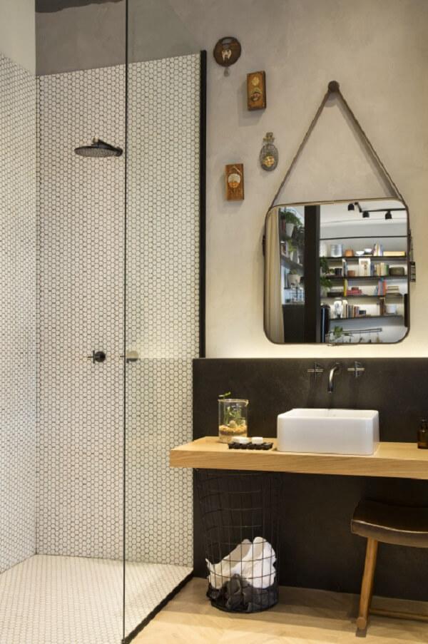 A cuba de apoio para banheiro quadrada conversa diretamente com o espelho