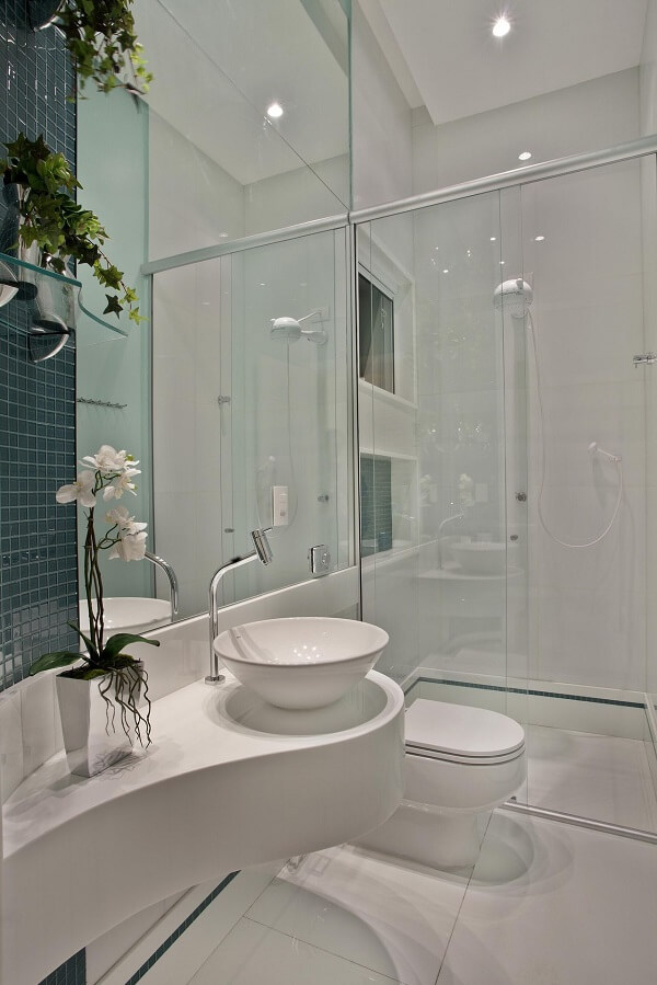 A cuba de apoio oval para banheiro complementa a decoração clean do espaço