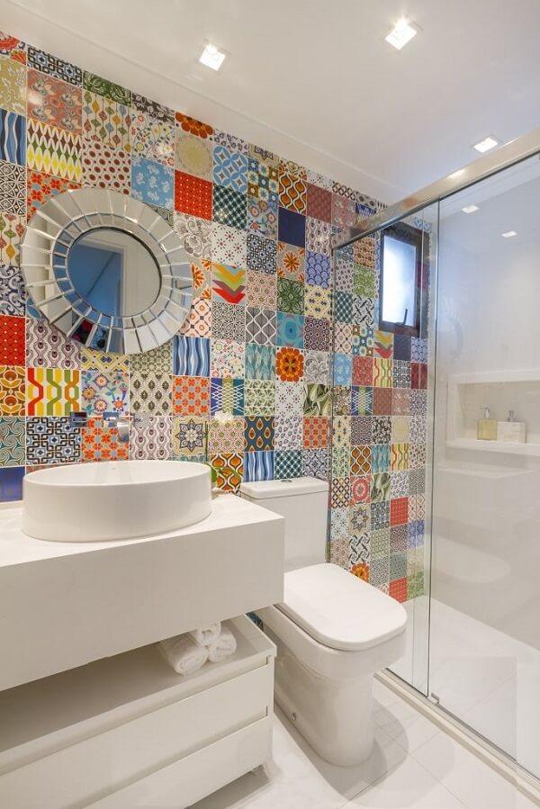 A cuba pia de apoio para banheiro equilibra o colorido do ladrilho na parede