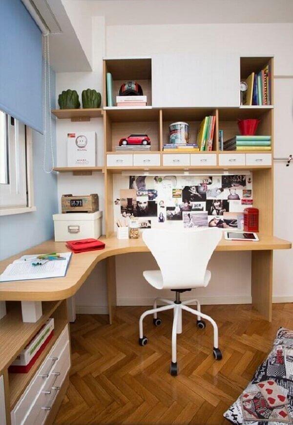 A escrivaninha de canto madeira é uma ótima solução para ambientes pequenos