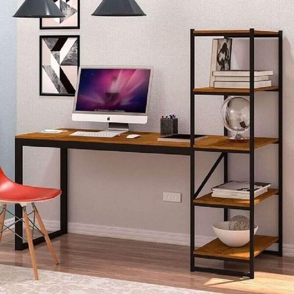 A escrivaninha de ferro e madeira com estante auxilia na organização de documentos