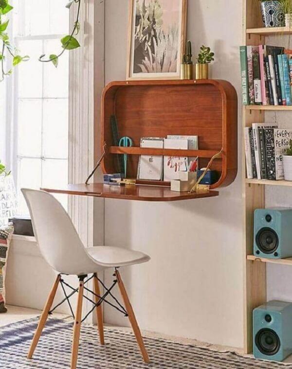 A escrivaninha de madeira dobrável é linda e prática
