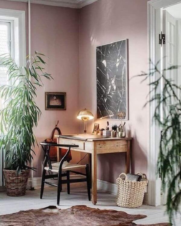 A escrivaninha de madeira maciça se conecta com diferentes estilos de decoração