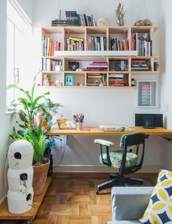 A escrivaninha de madeira pode combinar com outras peças da casa