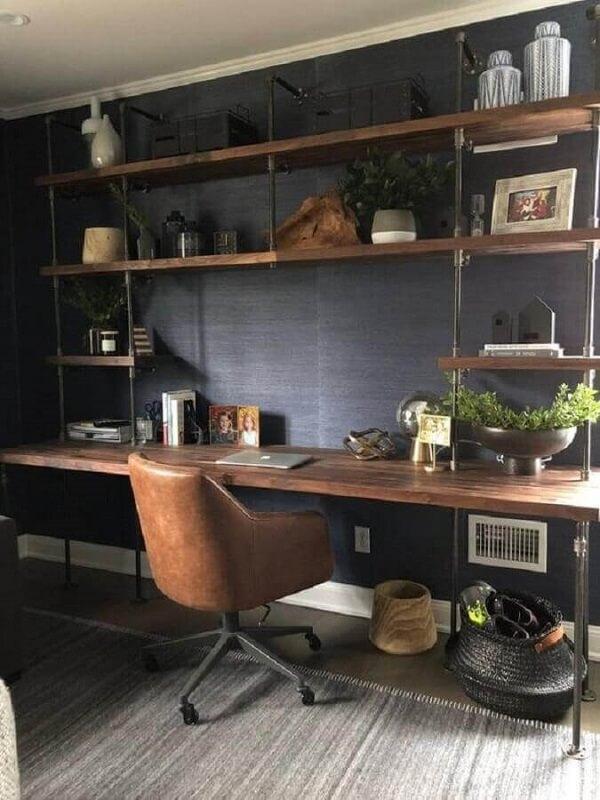 A escrivaninha madeira de demolição garante um toque mais acolhedor na decoração