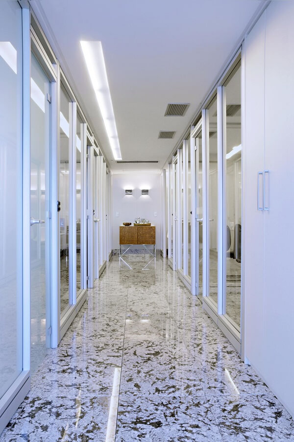 A iluminação desse corredor foi projetado a partir de um dos lados do teto