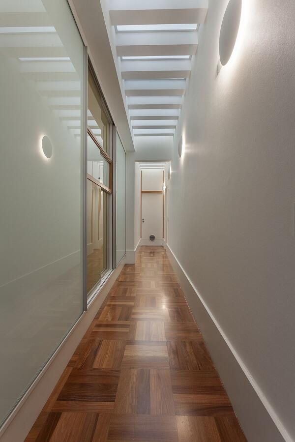 A luminária de parede para corredor metálicas brancas trazem pontos de luz ao ambiente