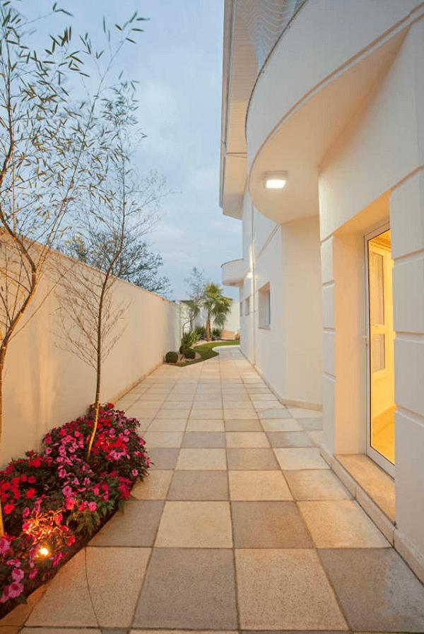 A luminária para corredor externo valoriza a decoração
