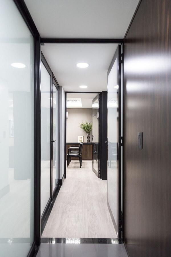 A luminária para corredor interno de teto embutido ilumina a área de passagem