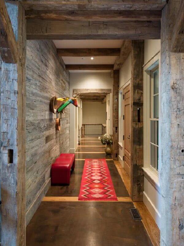 A luminária para corredor interno ilumina bem o ambiente e fica discreta no teto