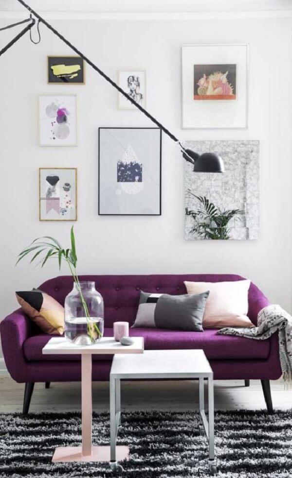 A manta para sofá roxo em tom de cinza se harmoniza com a decoração