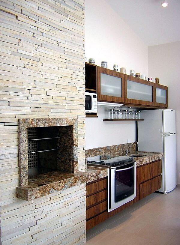 A pedra canjiquinha branca foi utilizada no revestimento de parede da churrasqueira