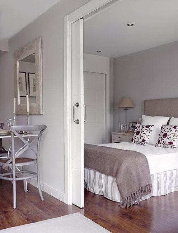 A porta de correr branca para quarto traz privacidade ao dormitório