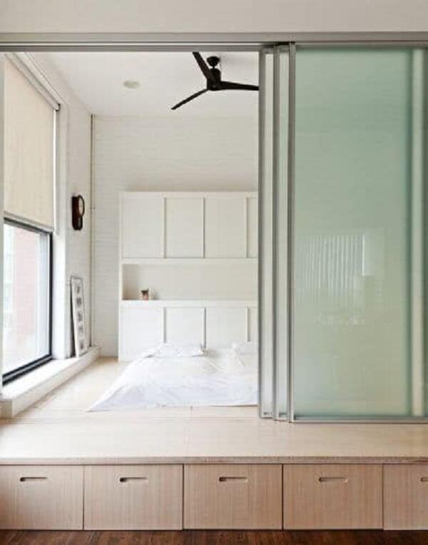 A porta de vidro de correr para quarto traz privacidade e otimiza o espaço