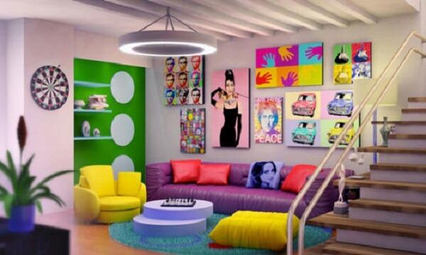 Ambiente colorido com quadros divertidos, poltrona amarela e sofá roxo