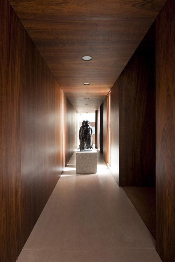 Ambiente rústico com luminária para corredor interno embutida