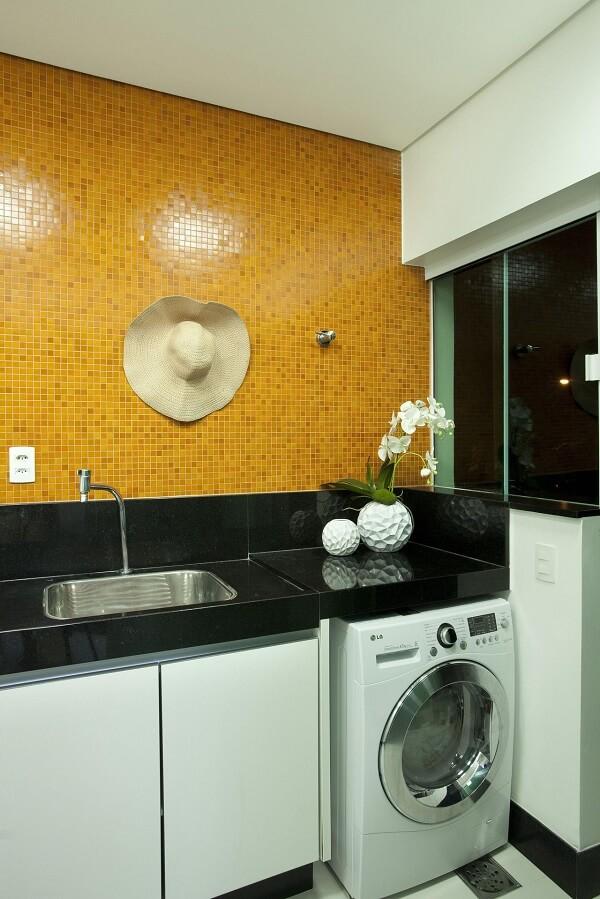Aposte em cores ousadas no revestimento para lavanderia interna