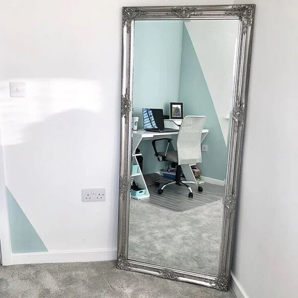 Aproveite um cantinho do ambiente para posicionar o espelho de chão