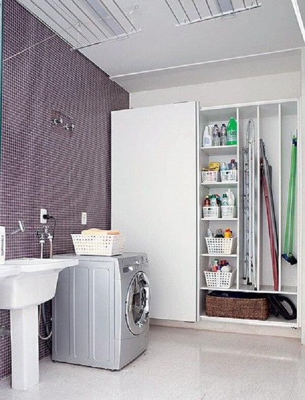 Armário planejado e revestimento para lavanderia com pastilha de vidro roxa