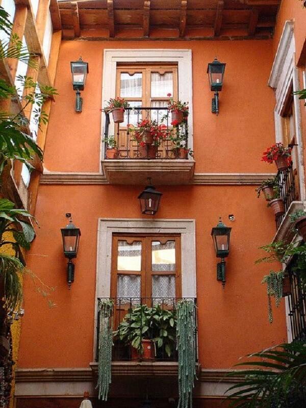 As arandelas rústicas colonial decoram graciosamente a fachada da casa