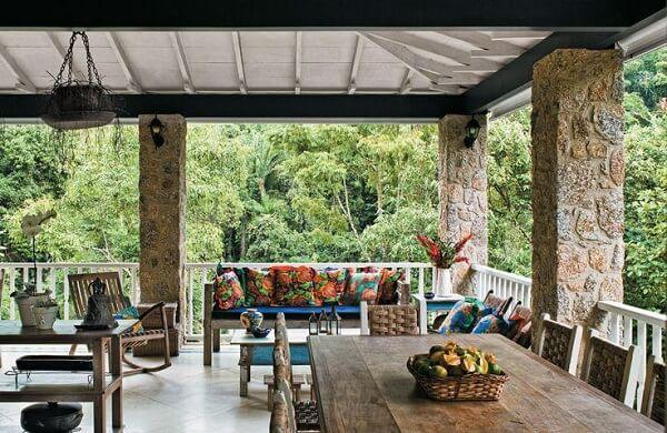 As arandelas rústicas colonial foram fixadas na varanda com móveis antigos