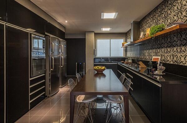 As cadeiras cromadas para cozinha combinam com uma decoração preta