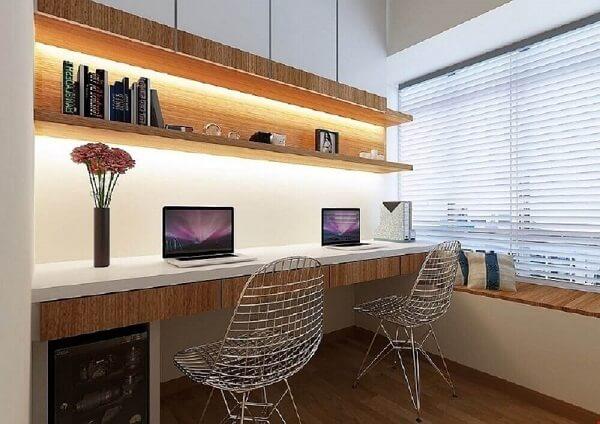 As cadeiras cromadas são discretas e se conectam a diferentes propostas de decoração