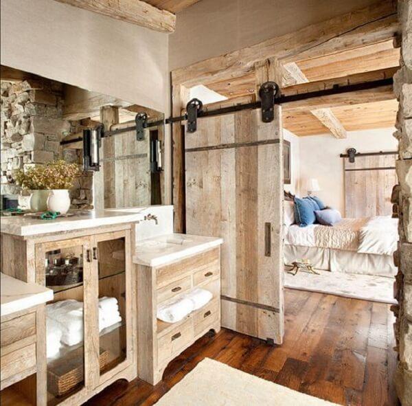 As roldanas robustas dessa porta de correr para quarto se destacam na decoração