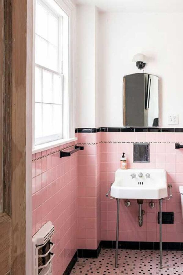 Azulejos rosas e espelho vintage para banheiro é uma boa pedida na decoração