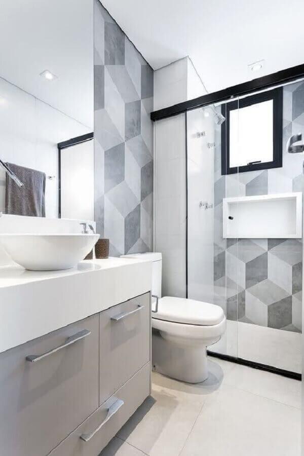 Bancada branca com revestimento de parede geométrico