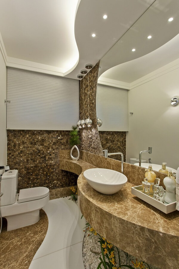 Bancada de mármore feita sob medida acomoda uma linda cuba de apoio para banheiro