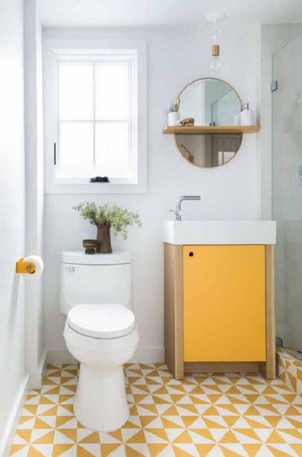 Banheiro com elementos em amarelo e espelho redondo vintage delicado