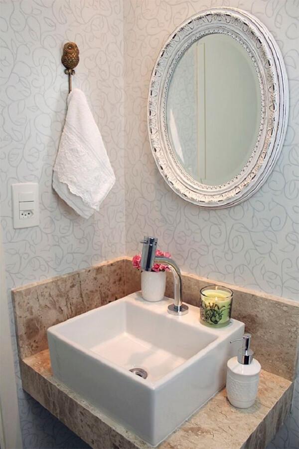 Banheiro pequeno com espelho vintage patinado em branco