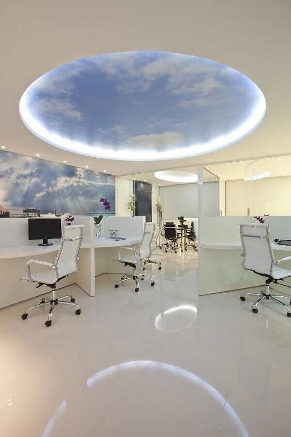 Cadeira cromada escritório com estofado branco se conecta com a decoração clean do espaço