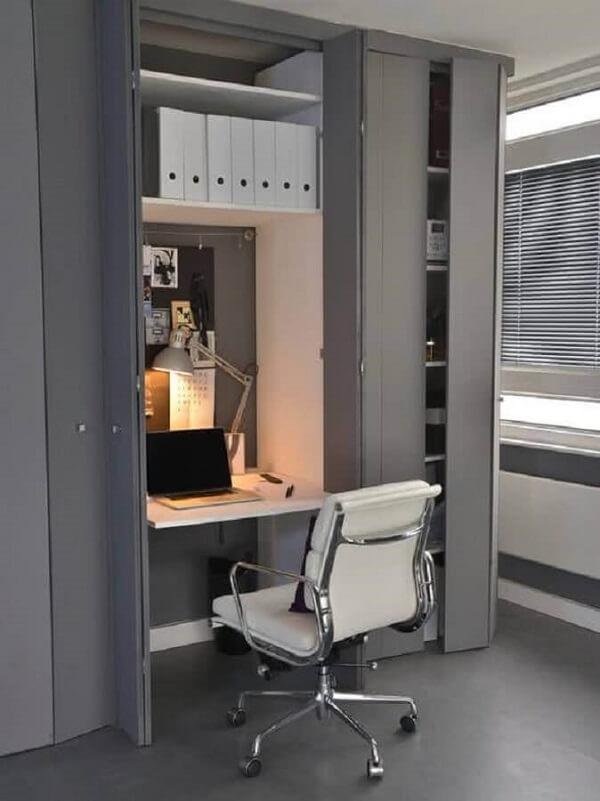 Cadeira cromada para home office pequeno e moderno planejado dentro de armário