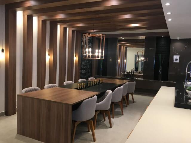 Área gourmet com pergolado de madeira