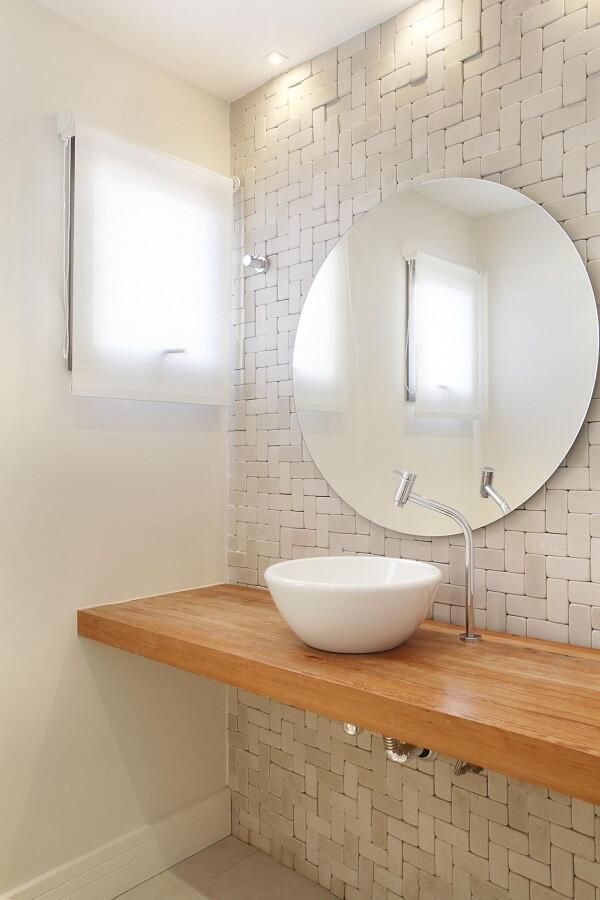 Cuba de apoio oval para banheiro sobre a bancada de madeira
