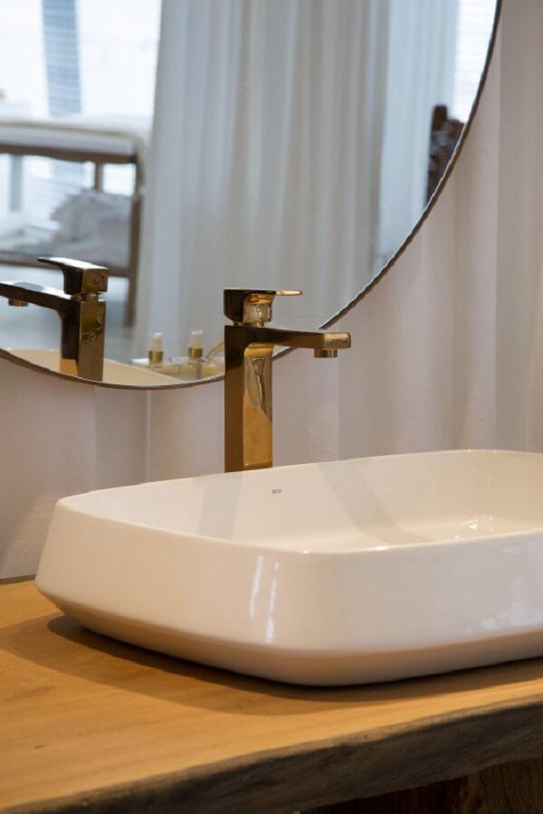 Cuba de apoio para banheiro com torneira dourada é puro luxo