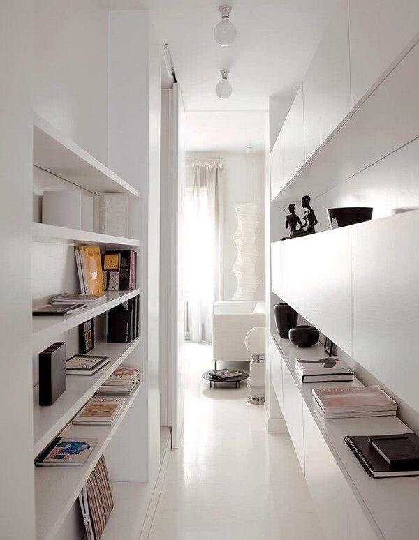 Decoração clean com móveis e luminária para corredor interno branca