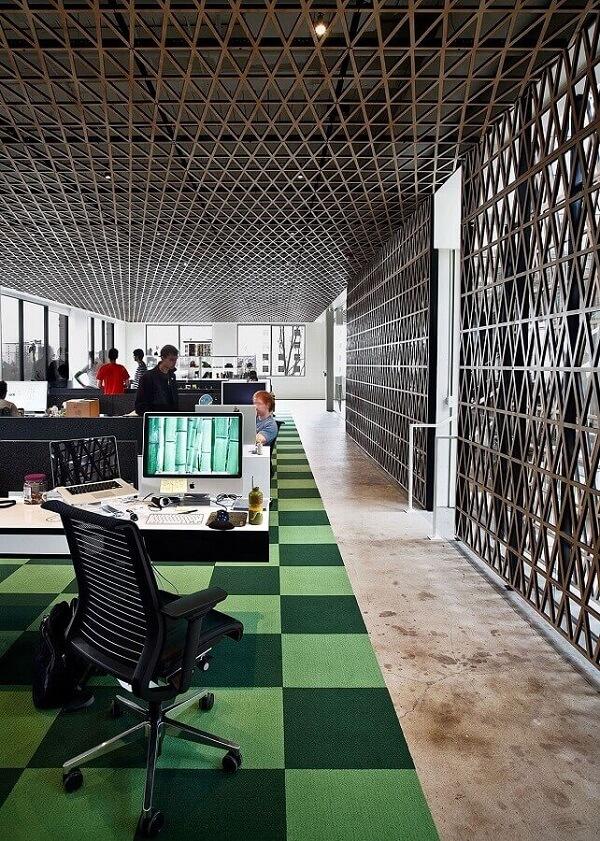 Decoração com tapete quadriculado e cadeira cromada para escritório com estofado preto
