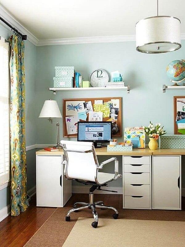 Decoração de escritório simples com cadeira giratória com base cromada