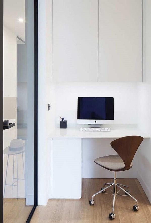 Decoração minimalista com cadeira cromada escritório